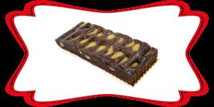 Trancio di Torta al Cioccolato farcita con pere sciroppate e ricoperta di gelatina trasparente.